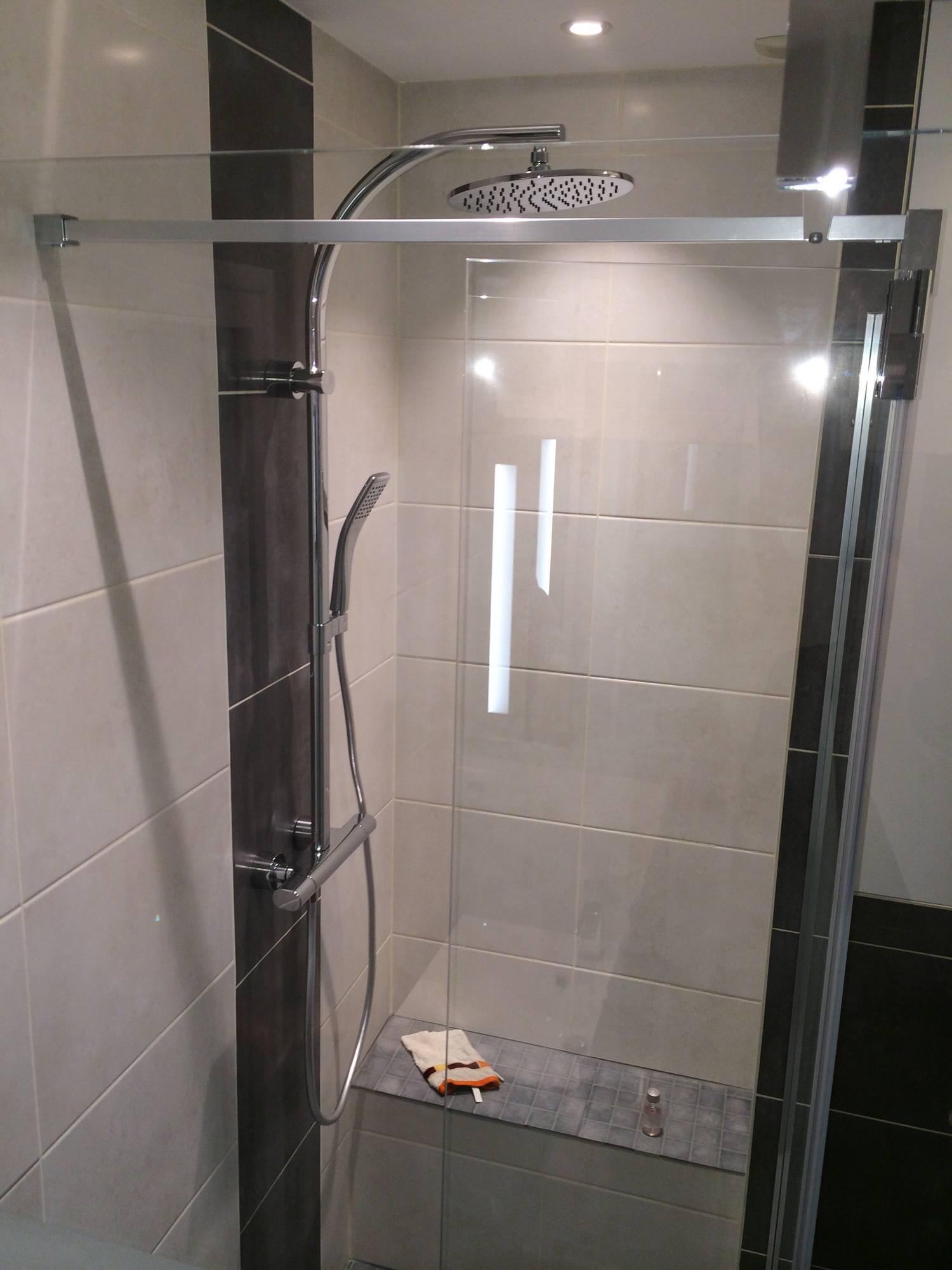 banquette pour produits de douche in deco. Black Bedroom Furniture Sets. Home Design Ideas