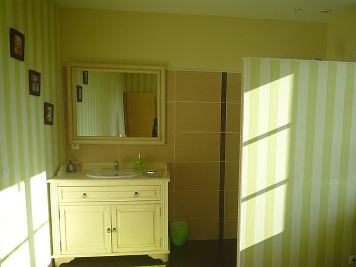 chambre paul anka salle d eau grande chambre indpendante avec salle deau chez lhabitant loft. Black Bedroom Furniture Sets. Home Design Ideas