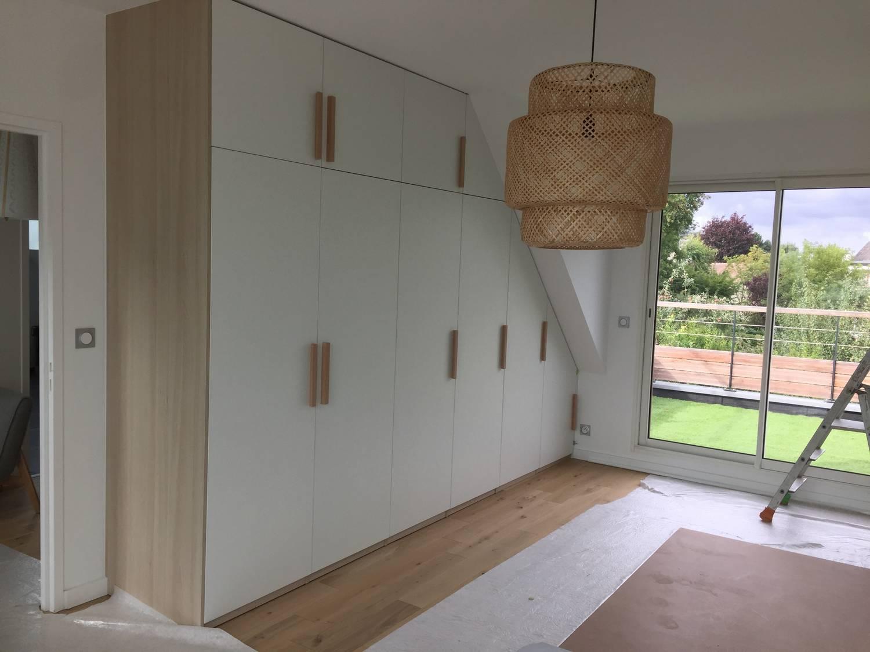 cr ation d 39 un dressing lin aire toute hauteur blanc h tre avec tiroirs et penderies in deco. Black Bedroom Furniture Sets. Home Design Ideas
