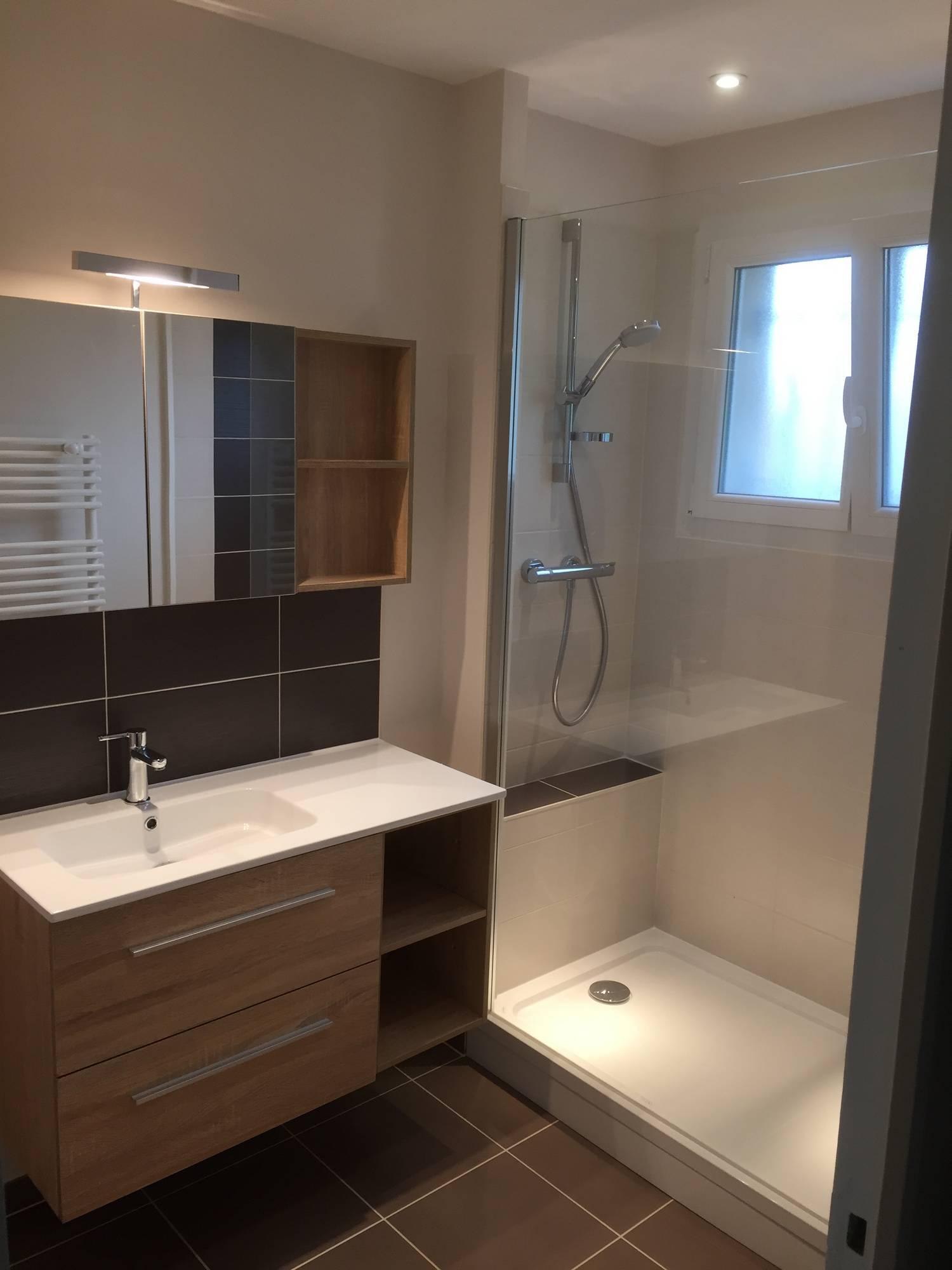 Petite salle de bain fonctionnelle - In & Deco
